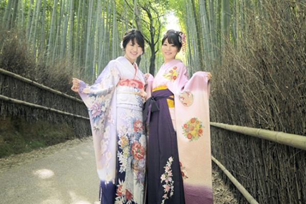竹林に立つ袴姿の女性