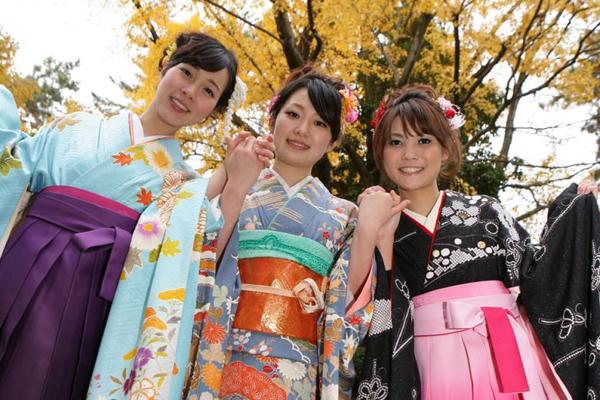 袴姿の女性3名