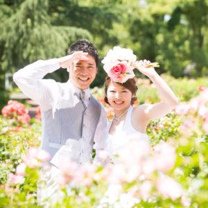 花畑に囲まれた洋装姿の夫婦