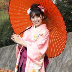 振袖姿で番傘を持つ女性
