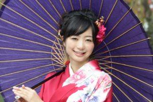 番傘を持つ袴姿の女性