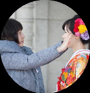 花嫁の髪型を整える女性