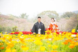 花畑に囲まれた和装姿の夫婦