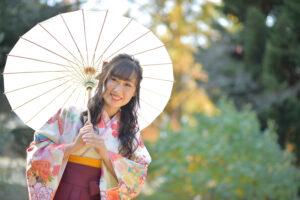 袴姿で番傘を持つ女性